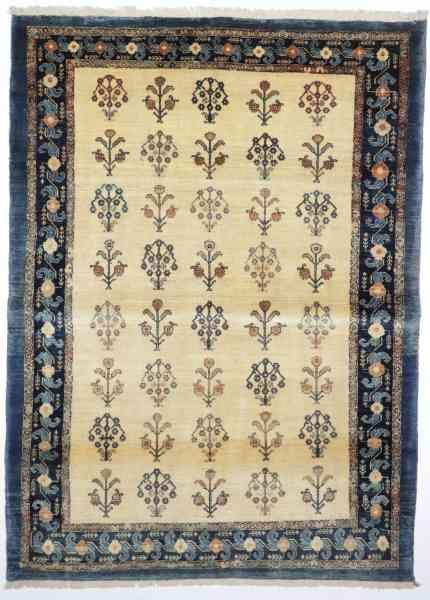 Persischer Rizzbaff, feingeknüpft aus handversponnener Schurwolle, beige-grundiges großes Innenfeld, Musterung und Randmotive mehrfarbig